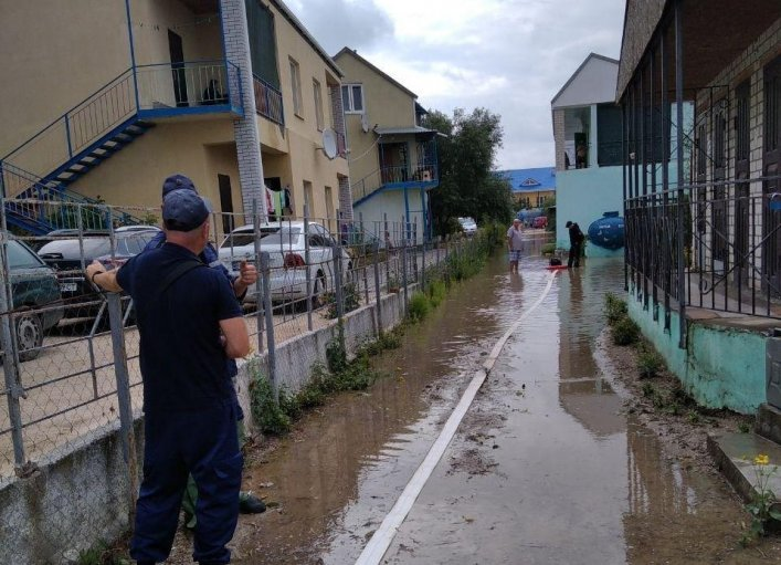 В Кирилловке откачивают воду, затопившую базы отдыха, фото-1