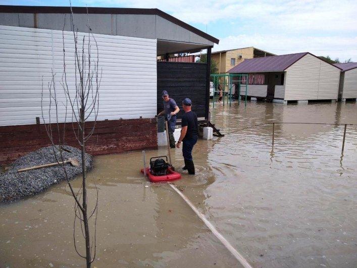 В Кирилловке откачивают воду, затопившую базы отдыха, фото-2