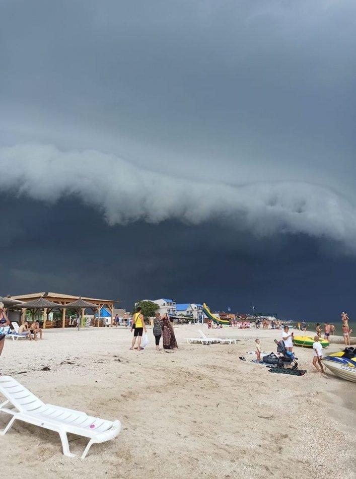 """Отдыхающих в Кирилловке испугало """"небесное цунами"""", фото-1"""