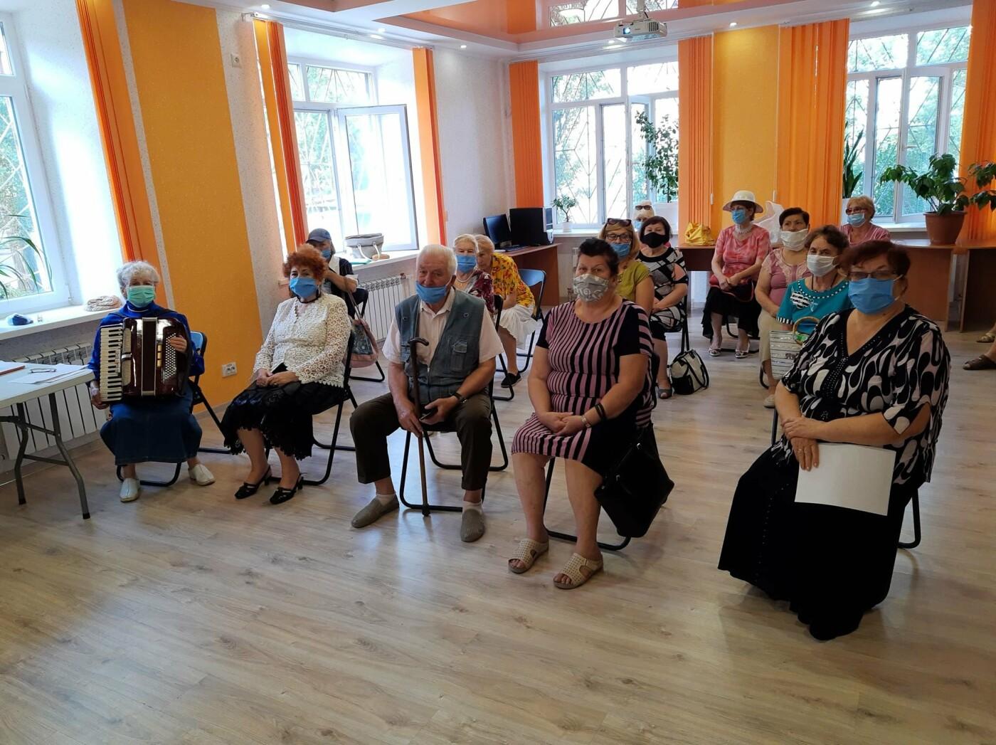 """В Мелитополе в библиотеке собрался Клуб общения """"В кругу друзей"""", фото-1"""