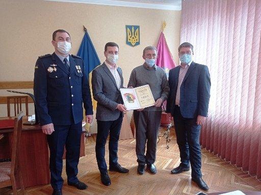 Сергей Прийма и Игорь Судаков наградили героя, спасшего людей во время пожара, фото-1