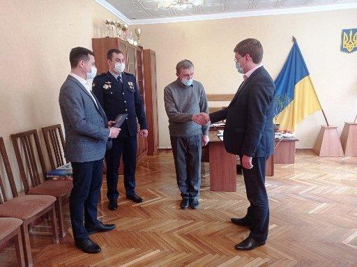 Сергей Прийма и Игорь Судаков наградили героя, спасшего людей во время пожара, фото-2