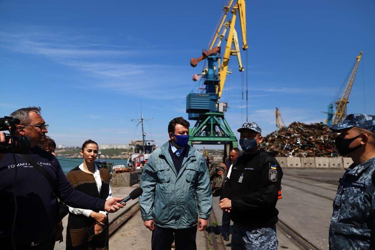 В воды Азовского моря спустили памятный венок, фото-2
