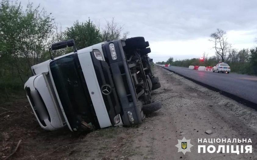 На автодороге Мелитополь-Симферополь перевернулся грузовик, фото-1